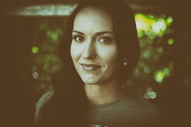 úsměv brunetky