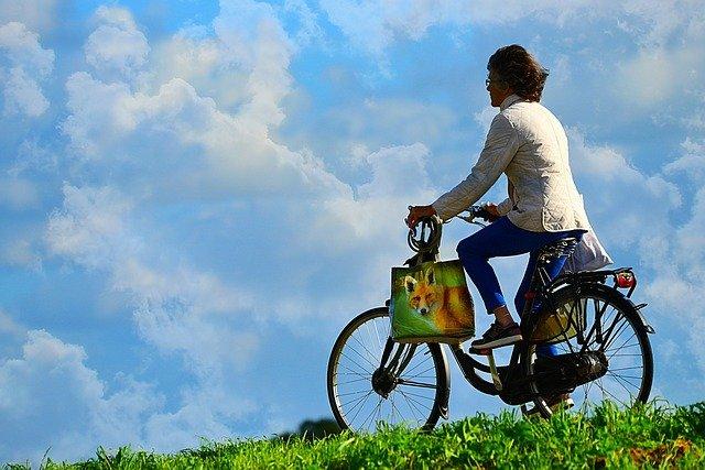 cyklistka s taškami