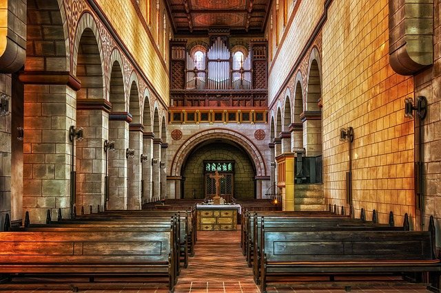 lavice v kostele